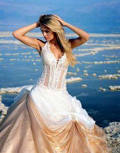 1fb0c5ffaee1 86 fantastiche immagini su vestiti da sposa nel 2019
