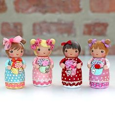 4 peg dolls to play with