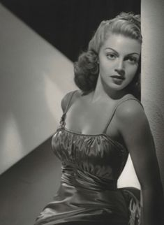 Lana Turner (February 1921 – June an American actress who worked in film, television, theatre and radio. Over the course of her nearly career, she achieved fame as both a pin-up model and a dramatic actress. Old Hollywood Actresses, Old Hollywood Stars, Hollywood Icons, Classic Actresses, Female Actresses, Old Hollywood Glamour, Golden Age Of Hollywood, Vintage Glamour, Vintage Hollywood