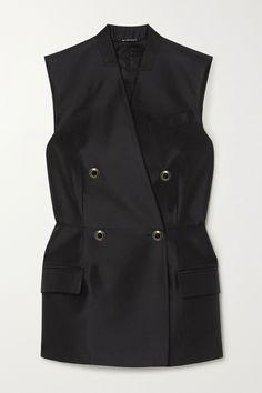 Clare Waight Keller hat einen geschulten Blick für Tailoring, wie diese Weste von Givenchy beweist: Das in Italien gefertigte Modell aus Satin aus einer Woll-Seidenmischung hat Abnäher im schmalen Taillenbereich und einen Schlitz an der Rückseite. Der mit Filz besetzte Stehkragen verleiht ihm eine markante dekonstruierte Note.Tragen Sie dazu: [Balenciaga Hose id1238358], [Givenchy Schultertasche id1199683], [SAINT LAURENT Sandalen id1162062]. Fashion Advice, Fashion News, Givenchy Clothing, Balenciaga, Saint Laurent, Satin, Models, Black Wool, Vest Jacket
