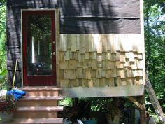 Using pallets as shingle siding - this would be excellent on chicken coops, rabbit hutches, etc. Cute and cheap!