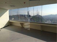 La oficina  tiene 50 mts2, baño, Incluye la membresía al Business Center The Point en el último piso. No tiene parqueo $20 por mt2