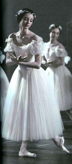 """strechanadi: """" Paris Opera ballet Giselle photo: M. Lidvac """" #Ballet_beautie #sur_les_pointes *Ballet_beautie, sur les pointes !*"""