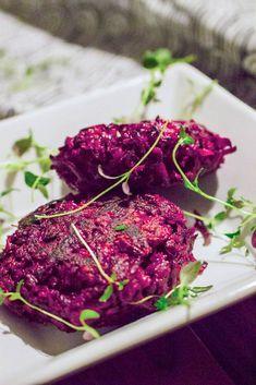 Punajuuripihvien maun salaisuus on tuoreessa timjamissa sekä valkosipulissa. Helppous puolestaan piilee maagisen hyvin muotonsa pitävässä taikinassa Steak, Food, Eten, Steaks, Meals, Beef, Diet