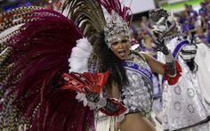 Rainha do carnaval do Rio de 2013, Evelyn Bastos, desfila na Sapucaí