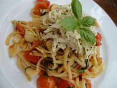 Kytičkový den -Nakrájíme česnek na plátky a rajčátka rozpůlíme.Na olivovém oleji osmahneme česnek a na poloviny nakrájená rajčátka tak, aby česnek změkl (dáme pozor, aby se nespálil a nebyl křupavý) a rajčáta trochu pustila šťávu, potom lehce podlijeme pár lžícemi vody ve které se vaří špagety a podusíme.Vaříme, tak dlouho, aby rajčátka změkla, ale zcela se nerozvařila. Osolíme a opepříme podle chuti a na závěr přidáme na kousky natrhanou bazalku. Na talíři zdobíme nastrouhaným bazalkovým tofu Vegan Recipes, Spaghetti, Friends, Ethnic Recipes, Animals, Food, Diet, Amigos, Animales