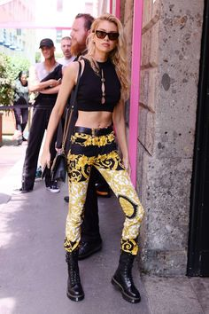 Printed Leggings, Women's Leggings, Versace, Stella Maxwell, Models Off Duty, Romper Pants, Blouse Outfit, Chic Dress, Timeless Fashion