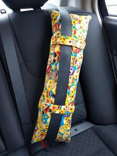 This pillow makes the perfect car pillow for long or short road trips when yo. Pillow Crafts, Fabric Crafts, Easy Sewing Projects, Sewing Crafts, Seat Belt Pillow, Baby Applique, Popsicle Crafts, Diy Buttons, Kids Pillows