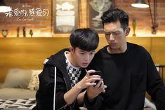 Ai Qing tells Tong Nian more about Shang Yan. She's happy Shang Yan has finally found someone. Tong Nian waves to Shang Yan through a window. Taiwan Drama, Chinese Babies, Sweet Love Story, Chines Drama, Japanese Drama, Under The Influence, Cute Actors, Drama Movies, Secret Obsession