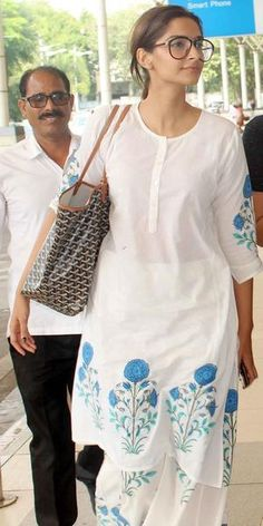 Sonam Kapoor spotted at the Mumbai airport. You have this exact outfit but in pink from the SEWA store back when I worked there! Kurta Designs, Blouse Designs, Sonam Kapoor, Indian Attire, Indian Wear, Indian Dresses, Indian Outfits, Kurti Styles, Embroidery Suits