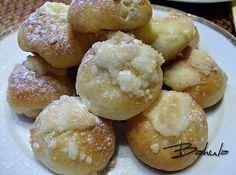 Uděláme klasický kvásek, máslo rozehřejeme, ostatní dáme do mísy a přidáme máslo a kvásek, zaděláme těsto (hustota jako na buchty), těsto NEKYNE… Eastern European Recipes, Strudel, Doughnut, Hamburger, Sweets, Bread, Desserts, Food, Basket