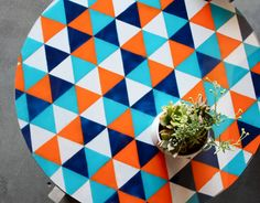 Pattern: Painted glass table-top DIY by Kara Pasley via Design Sponge Diy Table Top, Table Top Design, Painted Table Tops, Diys, Kitchen Table Makeover, Do It Yourself Inspiration, Color Inspiration, Blog Deco, Deco Design