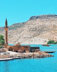 This amazing place is Halfeti in #Şanlıurfa! When you visit, not only do you get to see this beautiful mosque but a sunken city emerging from the turquoise waters! ⠀ ⠀ :mstfatyfn/IG
