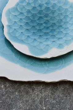 Hungarian designer Etelka Meixner, specialized in porcelain and who has worked for famous brand Herend Porcelain Manufactory, is the author of a new plates collection on the theme of water. Thanks to shadows and contours, he managed to bring a 3D effect to these sculptures.