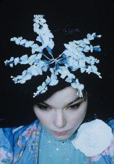 """O Balaio vai fazer uma homenagem à Björk, a diva mais esquisita do mundo pop! Para celebrar a cantora, vamos sortear na festa um par de ingressos para o show que ela vai fazer no dia 11/05 no Sonar SP! Pocket Show: Silvetty Montilla Quem vier com roupa estranha ganha o drink """"Human Behavior"""" No...<br /><a class=""""more-link"""" href=""""https://catracalivre.com.br/geral/agenda/barato/balaio-das-divas-especial-bjork/"""">Continue lendo »</a>"""