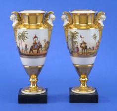 Ein Paar Empire-Vasen mit osmanischen Szenerien Erstes Drittel 19. Jhdt. Fein gemalte, umlaufende — Porzellan
