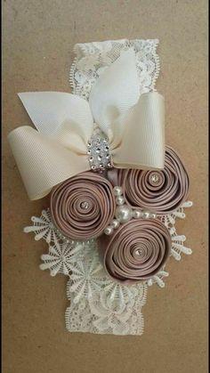 This Pin was discovered by MIC Diy Ribbon Flowers, Cloth Flowers, Ribbon Art, Ribbon Crafts, Flower Crafts, Fabric Flowers, Satin Flowers, Diy Crafts, Vintage Headbands
