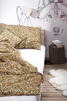Holt euch den Sommer ins Schlafzimmer zurück. Unsere Bettwäsche mit fotorealistischem Stroh-Design sorgt für die schönsten Träume. #Bettwäsche #StrohDesign #StrohBettwäsche #StrohimBett