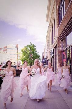 A fun photo idea for the brides and bridesmaids! Photo by: Daisy Fields Photography