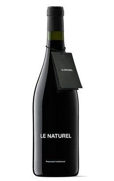 Le Naturel Reposado Tradicional es un vino delicado, complejo, lleno de sutileza y elegancia. Trata de encerrar los secretos de la uva y el terroir sin aditivos y sin sulfitos añadidos, de la manera más pura. A diferencia de Le Naturel es un vino elaborado solo con Garnacha y sin el complemento de ninguna otra variedad, y recibe este nombre ya que se somete a un reposado tras la fermentación maloláctica que se prolonga durante 10 meses en materiales nobles (principalmente madera muy usada)…