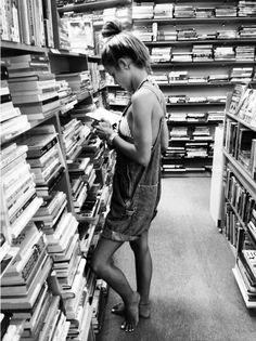 (L) 0687: Chica leyendo.-