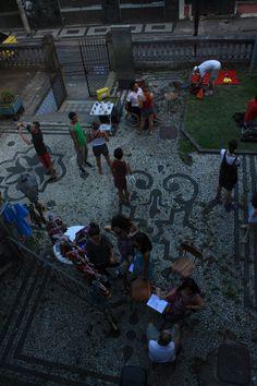 O evento é  organizado e produzido por um coletivo de artistas independentes, que procura difundir o panorama cultural atual do bairro