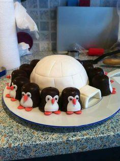 Ich habe dieses Iglu mit Pinguinen als Belohnung für Micks ersten Geburtstag gemacht . Food Art For Kids, Cooking With Kids, Christmas Themed Cake, Penguin Cakes, Cookie Pops, Cute Cakes, Creative Cakes, Themed Cakes, Party Cakes