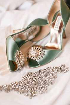 Wedding ideas by color: Green wedding shoes CHWV - shoes - brautmode Pretty Shoes, Beautiful Shoes, Gorgeous Heels, Beautiful Life, Shoe Boots, Shoes Sandals, Strappy Sandals, Pump Shoes, Green Heels