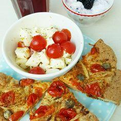 Zutaten für 1 Focaccia: 1/2 Beutel Backmischung UNSER MILDES >> https://lowcarb-glutenfrei.com/produkt/unser-mildes/  2 El. Olivenöl 200 ml Wasser - Wie auf der Packung zubereiten. 70 g Cocktailtomaten 20 g Zwiebel 1 El Kapern (die in Salz eingelegten ohne Essig) Salz Oregano Olivenöl - Das Backpapier mit Olivenöl bestreichen. - Den Teig zu einem Fladen formen. - Mit Olivenöl bestreichen. - Tomaten halbieren und mit der Schnittfläche in den Teig drücken. - Zwiebeln in Streifen schneiden…