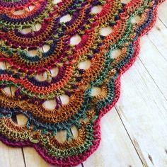Afbeeldingsresultaat voor bufanda triangular a crochet ravelry Poncho Au Crochet, Crochet Shawls And Wraps, Crochet Scarves, Crochet Clothes, Crochet Stitches, Knit Crochet, Knitting Scarves, Shawl Patterns, Knitting Patterns