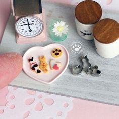 バレンタイン用アイシングクッキー🐾 去年のものより一回り小さいニャンコクッキー作りました✨ 小さくするとアイシングがさらに難しい…けど、作るのは楽しい💕 1/12サイズ #ミニチュア #ミニチュアクッキー #ミニチュアスイーツ #クッキー #クッキー型 #猫型クッキー #猫型 #アイシングクッキー #バレンタイン #バレンタインクッキー #バレンタインスイーツ #ハンドメイド #樹脂粘土 #miniature #miniaturecookies #dollhouse #猫好き #指は見ないで