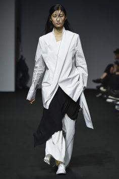 Moohong Seoul Spring 2017 Fashion Show Tokyo Fashion, Fashion 2017, Fashion Show, Womens Fashion, Fashion Design, Fashion Trends, Fashion Styles, Seoul, Ukraine