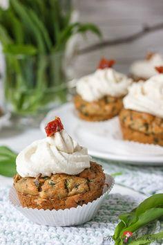 Bärlauch-Muffins mit eingelegten Tomaten und Meerrettichcreme-Topping