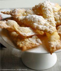 Chiacchiere di Carnevale CHIACCHIERE DI CARNEVALE Ingredienti (per circa 3 vassoi): – 400 g di farina 0 – 30 g di zucchero – 40 g di burro – 3 uova medie bio – scorza grattugiata di una arancia e/o limone bio – una presa di sale – grappa quanto ne riceve l'impasto (il mio 60 g ) – zucchero a velo per finire – 1 l di olio evo bio oppure di semi di arachidi per friggere