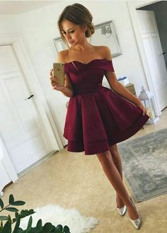 Tired Skirt Off-The-Shoulder Homecoming Dresses Short Prom Gowns Müde Rock off-the-Shoulder Homecoming Kleider kurze Abendkleider Cheap Short Prom Dresses, Burgundy Homecoming Dresses, Hoco Dresses, Dance Dresses, Pretty Dresses, Beautiful Dresses, Evening Dresses, Prom Gowns, Dress Prom