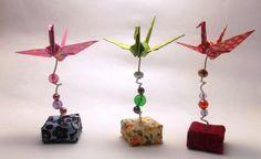 Enfeite para centro de mesa em eventos. Base de isopor com enfeite de pedrarias e um tsuru. Feito sob encomenda, as cores e tamanho podem ser personalizados.  R$ 5,50 cada unidade  *As estampas dos tecidos podem variar de acordo com a disponibilidade. **Tecidos do anúncio esgotados R$ 5,50 Instruções Origami, Origami Mobile, Origami And Quilling, Origami Paper Art, Oragami, Origami Cranes, Diy And Crafts, Paper Crafts, Easter Art