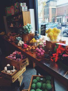 @carlenesantamar Lush Cosmetics, Handmade Cosmetics, Body Spa, Bath And Body, Lush Aesthetic, Bath Boms, Lush Bath Bombs, Lush Products, Relaxing Bath