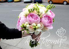 #eustoma #freesia #bouquet #wedding Freesia Bouquet, Bouquet Wedding, Wedding Styles, Floral Wreath, Wreaths, Flowers, Decor, Decoration, Decorating