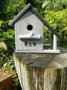 Vogelhuisje met voerbakje.