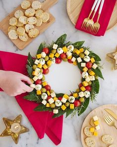 Christmas Wreath Cheese Platter Appetizer - an easy to assemble cheese board rec. Christmas Wreath Cheese Platter Appetizer – an easy to assemble cheese board recipe that is very Christmas Cheese, Christmas Party Food, Christmas Appetizers, Appetizers For Party, Holiday Parties, Food Platters, Cheese Platters, Bird Party, Simple Christmas