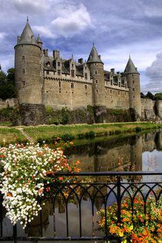 Josselin Castle - Brittany, France Beautiful Castles, Beautiful Places, Beautiful Sky, Castle Parts, Places Around The World, Around The Worlds, French Castles, Brittany France, Fairytale Castle