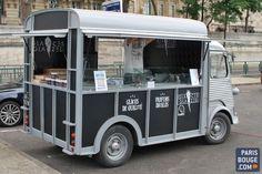 Qui a dit que les food trucks ne devaient servir que des hamburgers ? Qui n'a jamais rêvé d'entendre le « Dring Dring » d'un camion de glaces ? Depuis quelques semaines, ce fourgon vintage circule dans la capitale pour notre plus grand plaisir : manger des glaces sous un soleil de plomb.