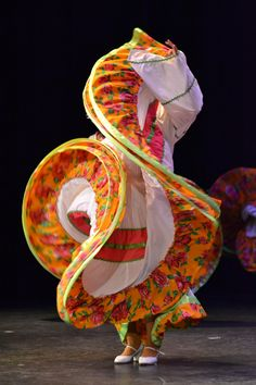 Baile de Sinaloa  Foto por Eugenia Carmona Mexican Art, Mexican Style, Folklorico Dresses, Traditional Mexican Dress, Dance Photo Shoot, Mexican Shirts, Costumes Around The World, Mexican Heritage, American Dress