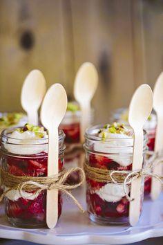Jarras de mermelada + cordon natural + cucharas de madera+ fresas /nata y pistachos.