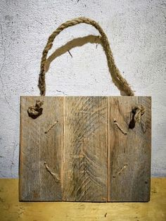 How to Make a Simple Pallet Wood Photo Display Pallet Picture Display, Pallet Photo Frames, Wood Picture Frames, Picture On Wood, Diy Canvas Frame, Wood Canvas, Diy Frame, Pallet Wood, Wood Pallets