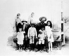 Villa and his children. El otro hombre me parece Peppino Garibaldi , nieto del más célebre Giuseppe, que hice la revolución junto a Villa