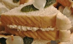 Recette: sandwich crémeux au poulet. Sandwich Buffet, Mini Sandwiches, Sandwich Croque Monsieur, Courge Spaghetti, Afternoon Tea, Camembert Cheese, Tea Time, Sushi, Cheesecake
