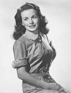 """Jeanne Crain (25 de mayo de 1925 – 14 de diciembre de 2003) Tras abandonar la Fox intervino en films menores como """"Duelo En La Jungla"""" (1954), """"Los Caballeros Se Casan Con Las Morenas"""" (1955), y en títulos muy notables como """"La Pradera Sin Ley"""" (1955), un western dirigido por King Vidor con Kirk Douglas en el reparto, o """"La Máscara Del Dolor"""" (1957), biopic de Joe E. Lewis que realizó Charles Vidor con el protagonismo de Frank Sinatra."""
