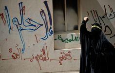 Una mujer musulmana de Barhein grita consignas antigubernamentales durante el día del Trabajador en una protesta prodemocrática.