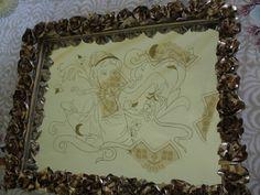 Başak burcu simgesi olarak işlenmiş altın yaldız sprey boya ve macun kullanılmıştır. Kenarlarındaki güller de tabloyu tamamlamıştır. Bu aynayı da salonuzda veya evinizin başka bir köşesinde şık bir tablo olarak kullanabilirsiniz.
